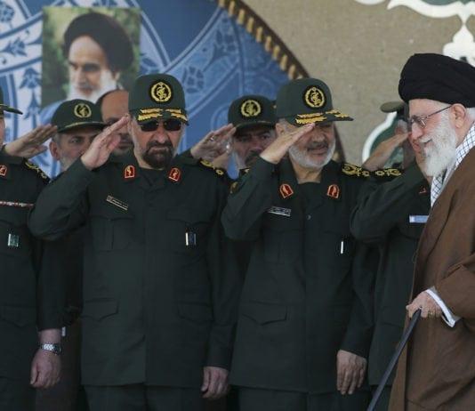 Hossein Salami og andre i den militære ledelsen hilser på Irans øverste leder Ayatollah Ali Khamenei. (Foto: Office of the Iranian Supreme Leader)