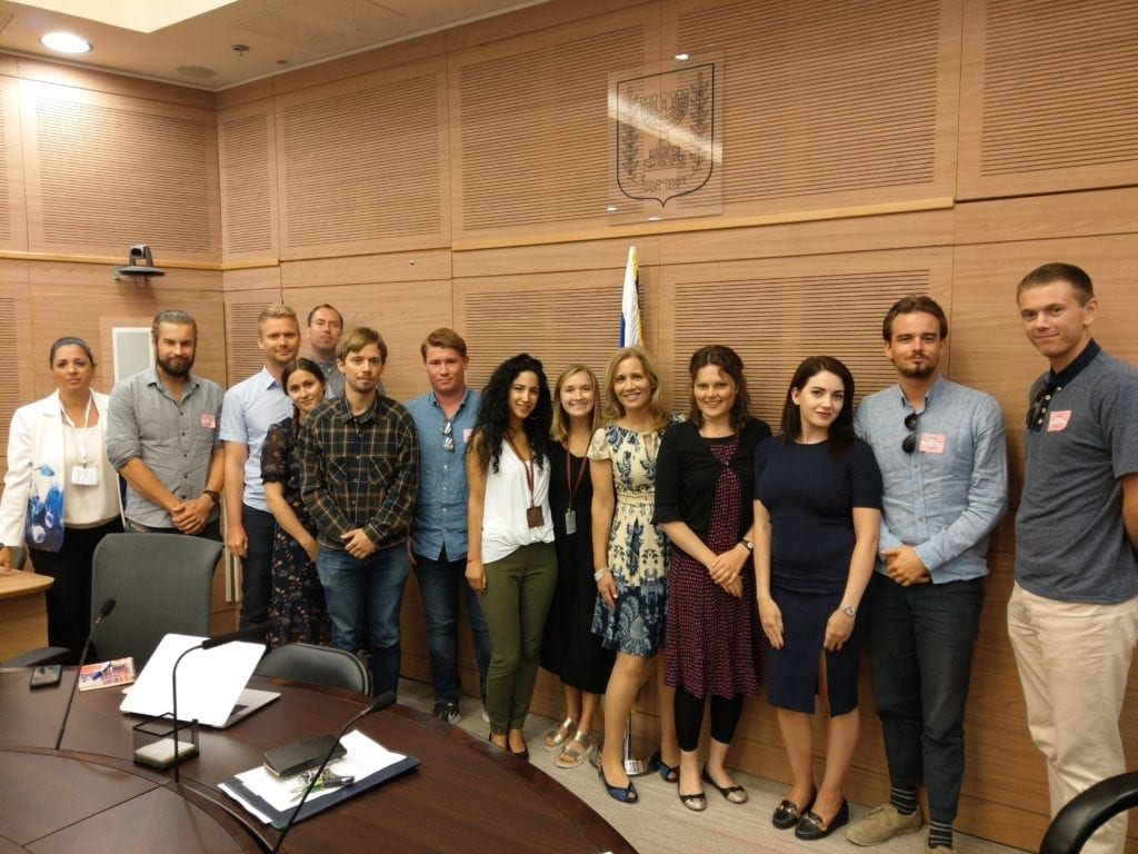 På Besøk i Knesset. Aliza Lavie står foran flagget. (Foto: Kjetil Ravn Hansen)