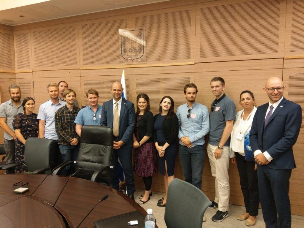 Knesset-representant Amir Ohana i gult slips. (Foto: Kjetil Ravn Hansen)