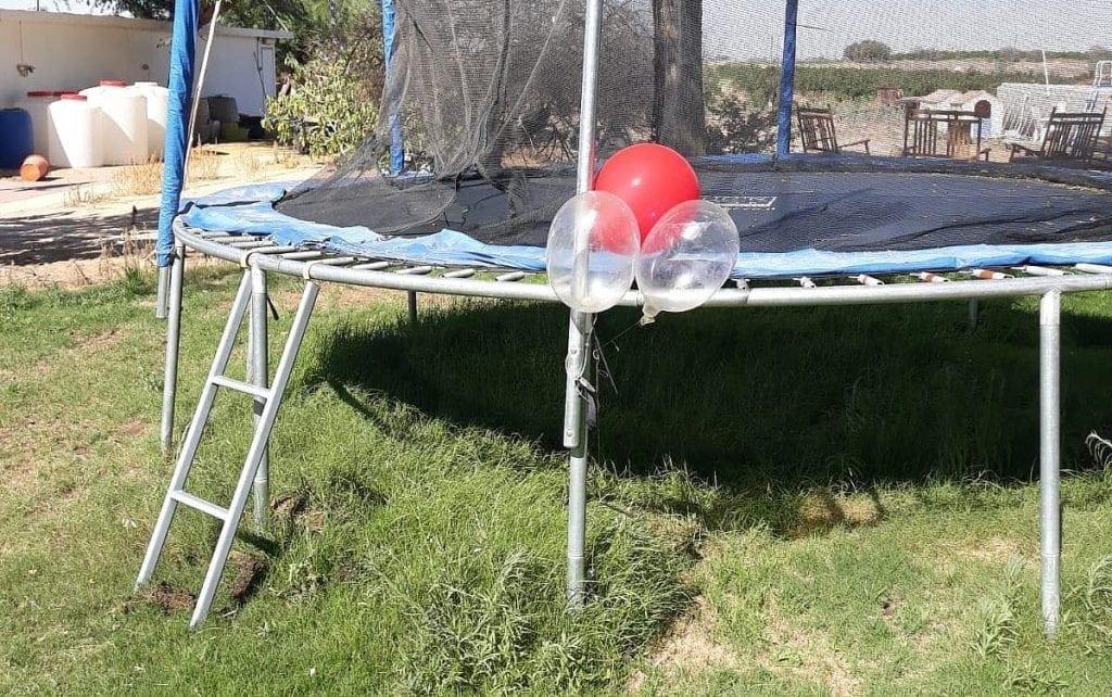 Denne klyngen av ballonger og kondomer fraktet eksplosiver. (Foto: Eshkol Security)