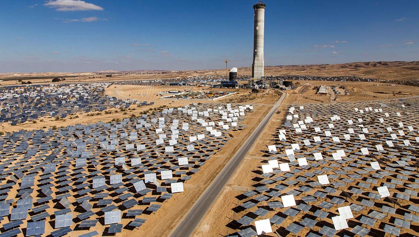 Det er allerede bygget flere solcelleanlegg i Ashalim i Negev-ørkenen. (Foto: BrightSource Energy)