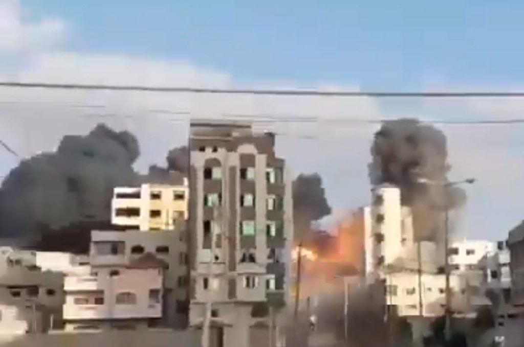Her blir hovedkvarteret til Hamas' interne sikkerhetstjeneste på Gazastripen truffet. (Skjermdump fra video på Twitter)