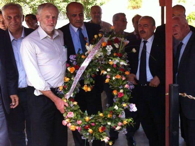 Jeremy Corbyn legger ned en krans ved et minnested for palestinske terrorister. (Foto: Palestinas ambassade i Tunisia)