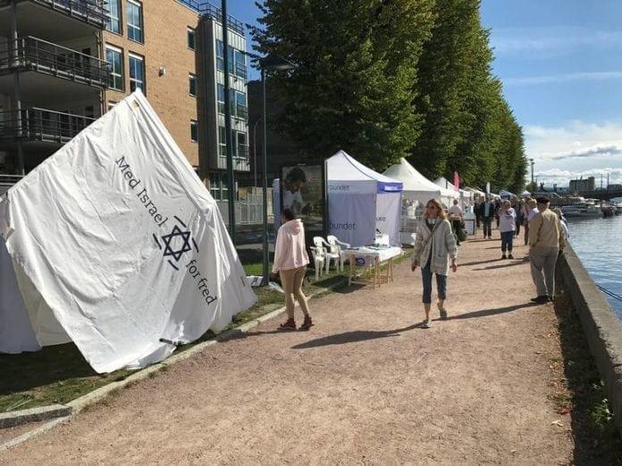 Teltet som MIFF hadde satt opp ved standen sin under Elvefestivalen i Drammen ble ødelagt. (Foto: Sigurd Eikaas)