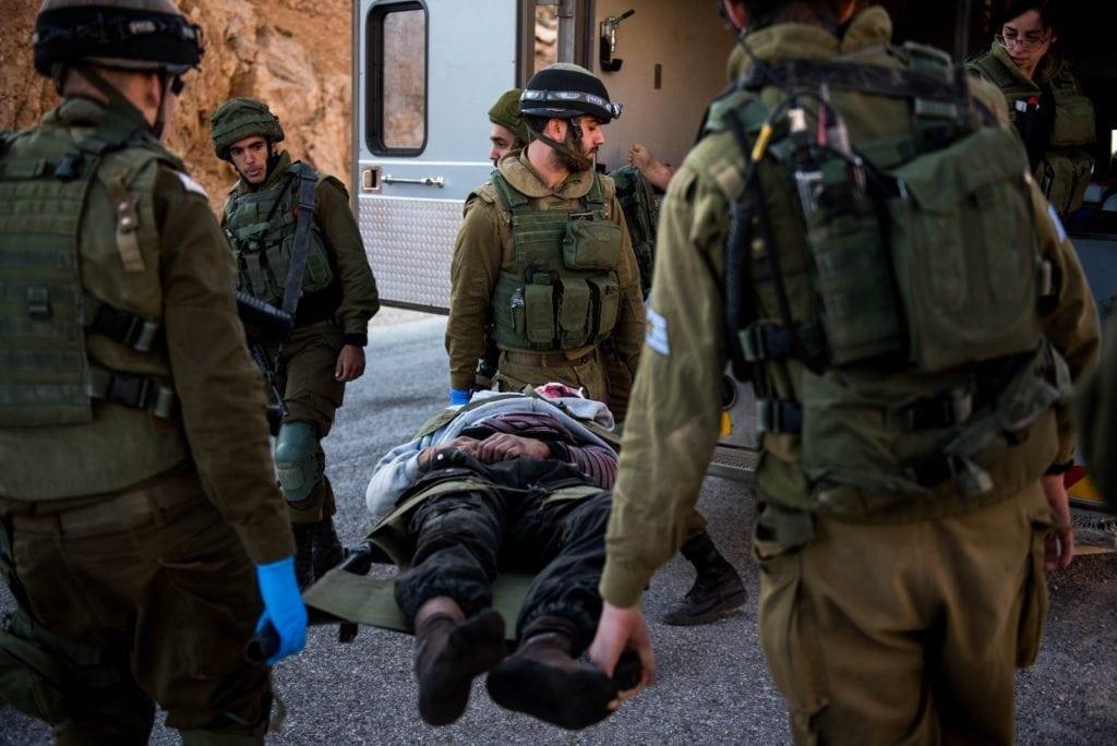 Israelske soldater med en såret syrer. (Foto: IDF)