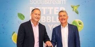 Daniel Birnbaum (t.v.) er glad for avtalen med Pepsi. Her sammen med Pepsi-sjef Ramon Laguarta.