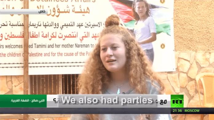 Ahed Tamimi forteller at fengselstiden i Israel var preget av studier og sosialt samvær. (Skjermdump fra RT, via StandWithUs)