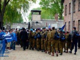 Israelske soldater på vei inn i Auschwitz. (Foto: Yaffa Phillips, flickr)