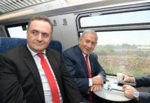 Turistminister Yisrael Katz og statsminister Benjamin Netanyahu prøver det nye høyhastighetstoget. (Foto: Amos Ben Gershom/Flickr)