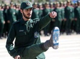En iransk offiser fra revolusjonsgarden viser seg frem under en militæroppvisning. Han har tegnet det israelske flagget under skoen som en fornærmelse og for å vise at de tråkker på den jødiske staten. (Foto: Den iranske revolusjonsgarden)