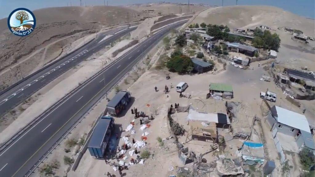 Khan al-Ahmar-leiren ligger få meter fra hovedveien mellom Jerusalem og Jeriko. (Foto: Youtube/Regavim)