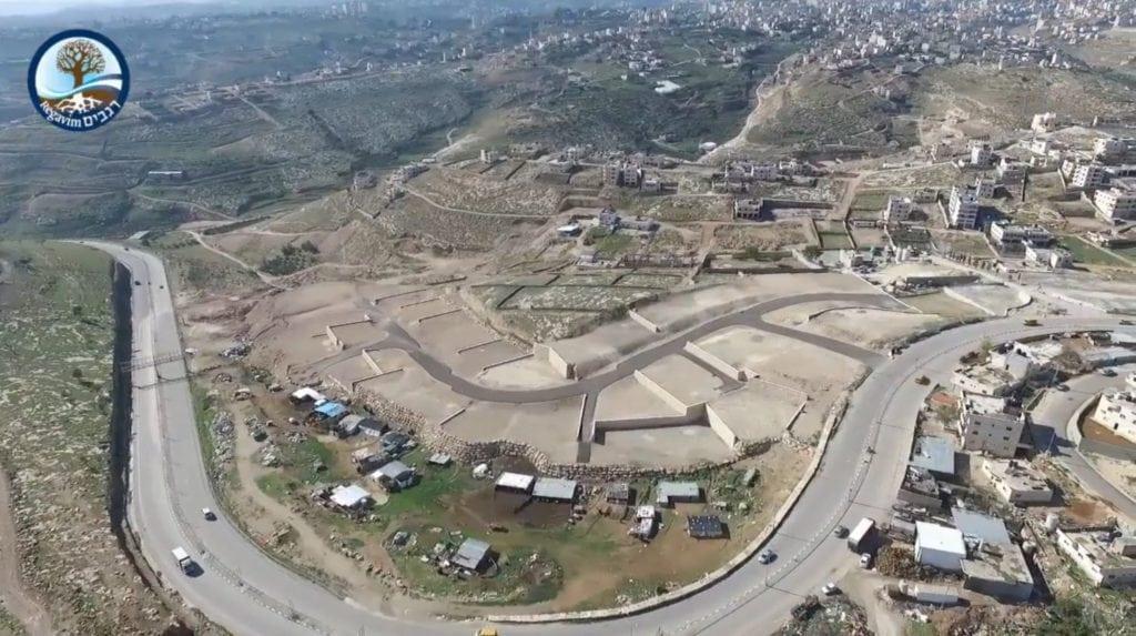 Israelske myndigheter har investert millioner i dette nye og moderne nabolaget for beduinene fra Khan al-Ahmar. (Foto: Youtube/Regavim)