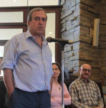 Rami Elhanan taler på et møte i USA i oktober 2016. (Foto: parentscirclefriends.org)