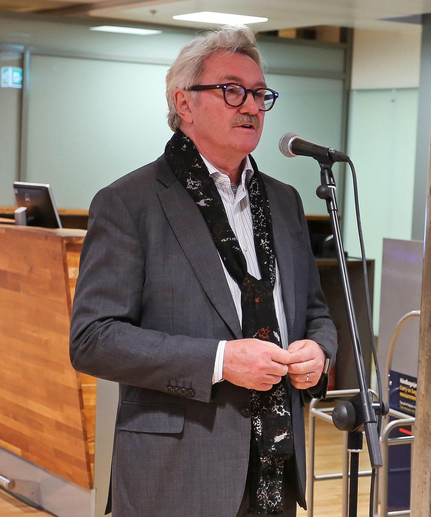 Gardermoen 31. oktober 2018. Ambassadør Jon Hanssen-Bauer taler til passasjerene før avreise. (Foto: Avinor)