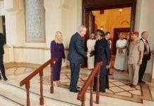 Benjamin Netanyahu hilser på sultanen av Oman Qaboos bin Said i hovedstaden Muskat. (Foto: Statsministerens kontor)