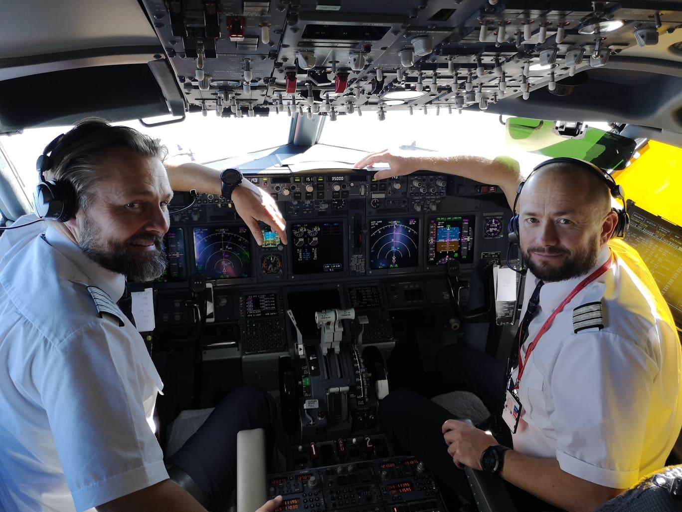 Glade piloter på vei til Israel. (Foto: Bjarte Bjellås)