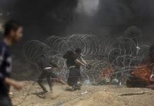 Palestinere på Gazastripen forsøker å rive ned sikkerhetsbarrieren mellom Gaza og Israel. (Foto: IDF)a