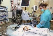 Denne ett år gamle palestinske gutten heter Musa og er fra Ramallah på Vestbredden. I oktober 2018 fikk han operert inn et nytt hjerte donert fra en israelsk jødisk gutt som døde av en kronisk sykdom. (Foto: Sheba-sykehuset i Tel Aviv)
