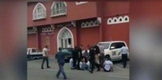 Bildet viser rasende palestinere som hindrer en bil med fem UNRWA-ansatte fra å forlate hotellområdet i Gaza. (Foto: Youtube/I24news)