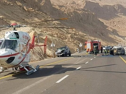 Åtte personer omkom da bilen de satt i begynte å brenne etter en frontkollisjon nær Dødehavet. (Foto: Magen David Adom)