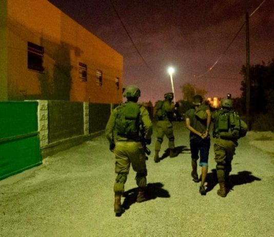 Israelske sikkerhetsstyrker pågrep flere personer i byen Shuweika i jakten på den ettersøkte terroristen. (Foto: IDF)
