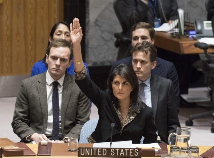 USAs FN-ambassadør Nikki Haley har vært Israels største støttespiller i FN. Her stemmer hun imot en anti-israelsk FN-resolusjon. (Foto: FN)
