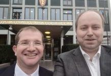 Shaun Sacks (t.v.) og Kjetil Ravn Hansen utenfor Utenriksdepartementet. (Foto: Kjetil Ravn Hansen, MIFF)