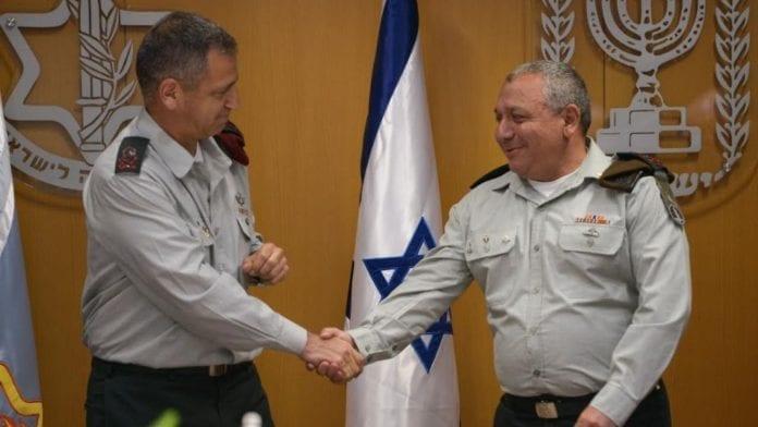 Generalmajor Aviv Kochavi håndhilser på avtroppende IDF-sjef Gadi Eisenkot. (Foto: Det israelske forsvaret)