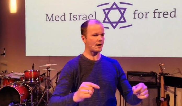 Conrad Myrland, daglig leder i Med Israel for fred (MIFF), taler i MIFF Haugalandet 6. november 2018. (Foto: MIFF)
