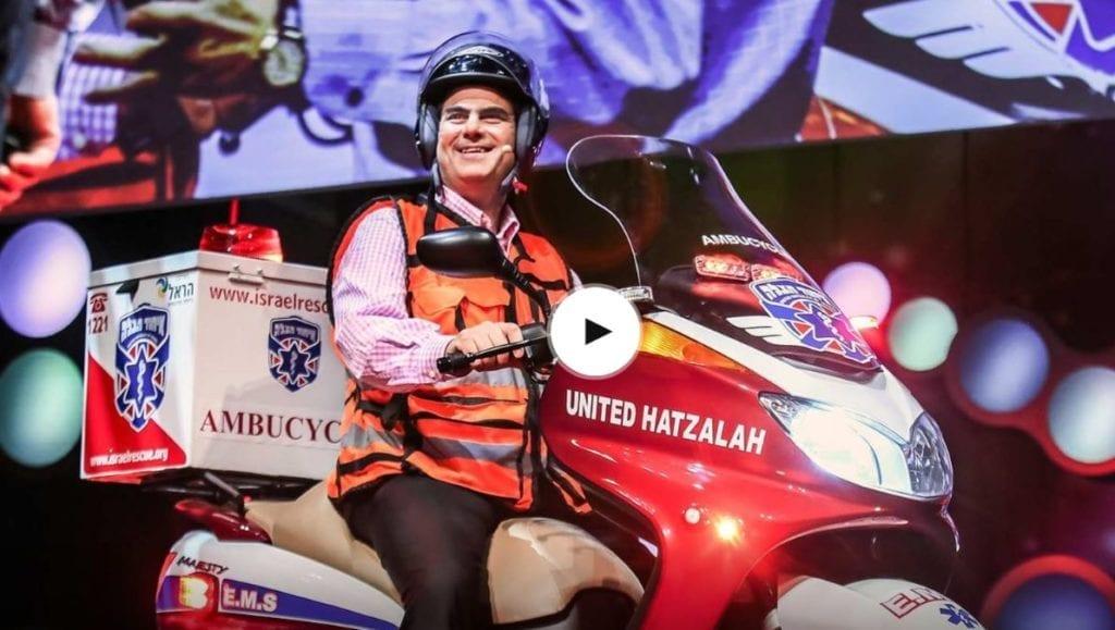 """Grunnleggeren av United Hatzalah, Eli Beer, på en """"ambusykkel"""". (Foto: United Hatzalah)"""