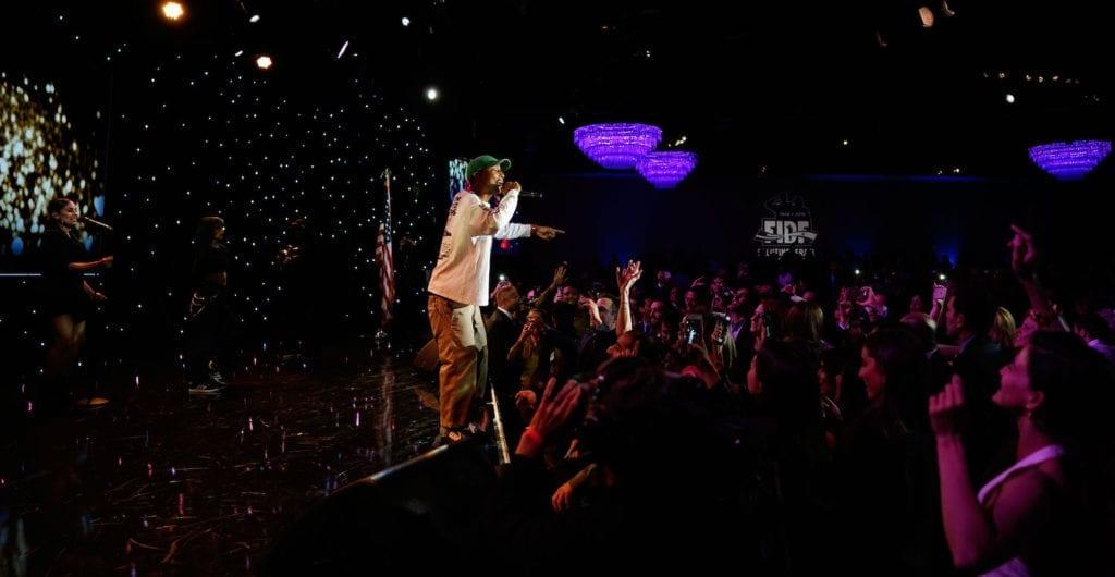 Superstjernen Pharrell Williams var en av mange kjendiser som deltok på gallaen, som dro inn 500 millioner kroner. (Foto: FIDF)