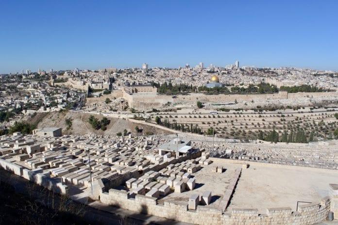 Fra Oljeberget er det en fantastisk utsikt over Jerusalem. I forgrunnen ligger det jødiske graver. (Foto: Bjarte Bjellås)