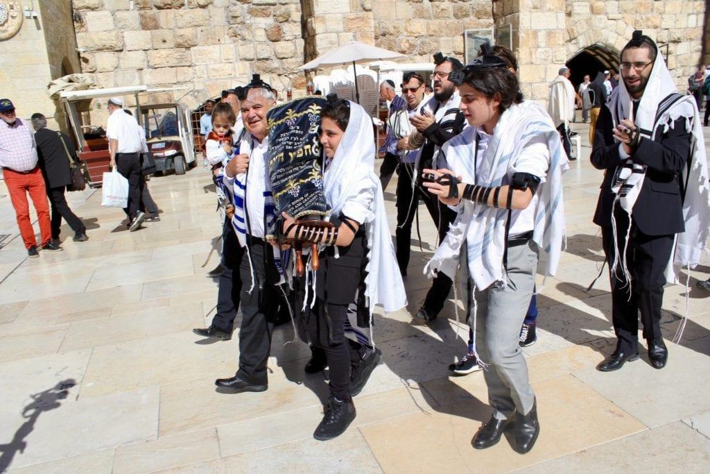 Hver mandag og torsdag er det Bar Mitzva ved Vestmuren i Jerusalem. Det er en opplevelse å være til stede. (Foto: Bjarte Bjellås)