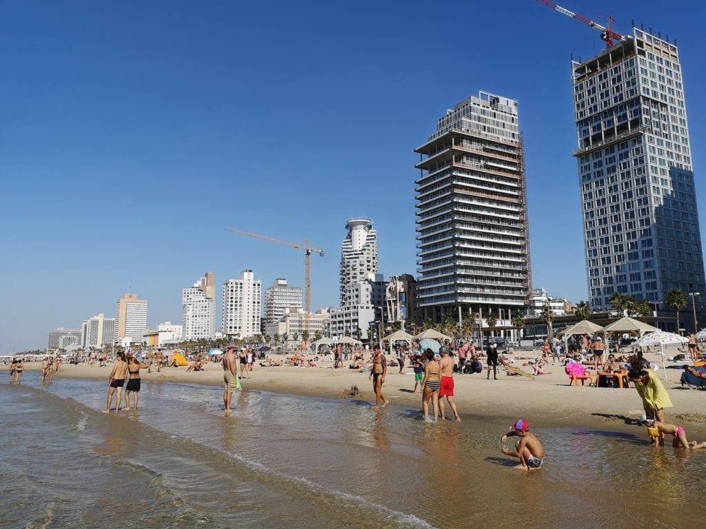 På stranden i Tel Aviv kan små og store tilbringe mange timer. Mange av byens hoteller ligger rett ved stranden. (Foto: Bjarte Bjellås)
