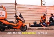 Frivillige fra United Hatzalah gir legehjelp til en pasient. (Illustrasjon: United Hatzalah)