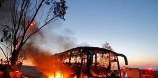 Denne utbrente bussen ble mandag ettermiddag truffet av en granat skutt fra Gazastripen. (Foto: Brannvesenet)