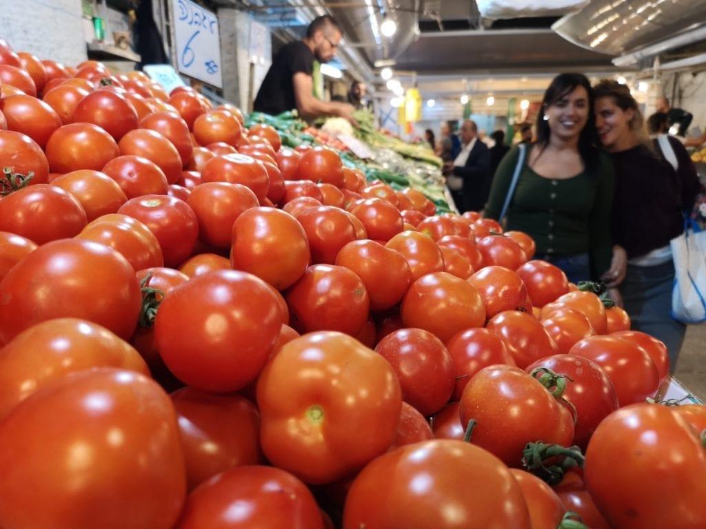 Mahaneh Yehuda-markedet i Jerusalem er en opplevelse for alle sansene. Her er det mange lukter, lyder og smaker. (Foto: Bjarte Bjellås)