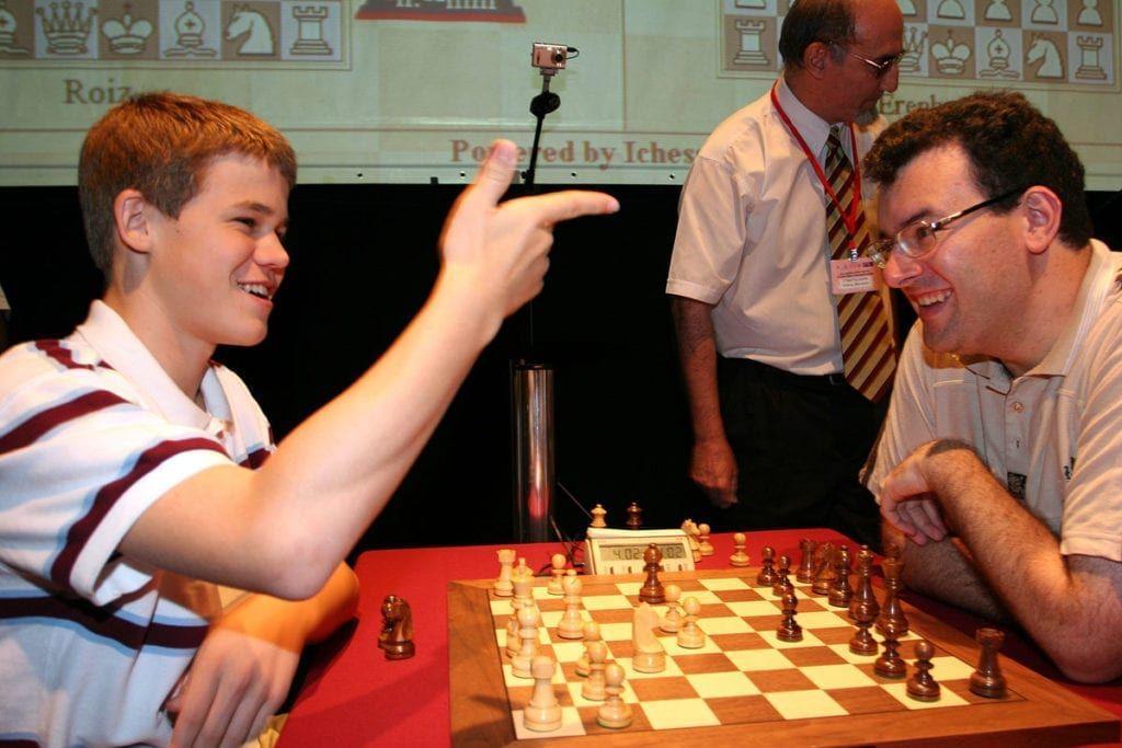 Magnus Carlsen fant tonen med den israelske sjakkmesteren Emil Sutovsky.