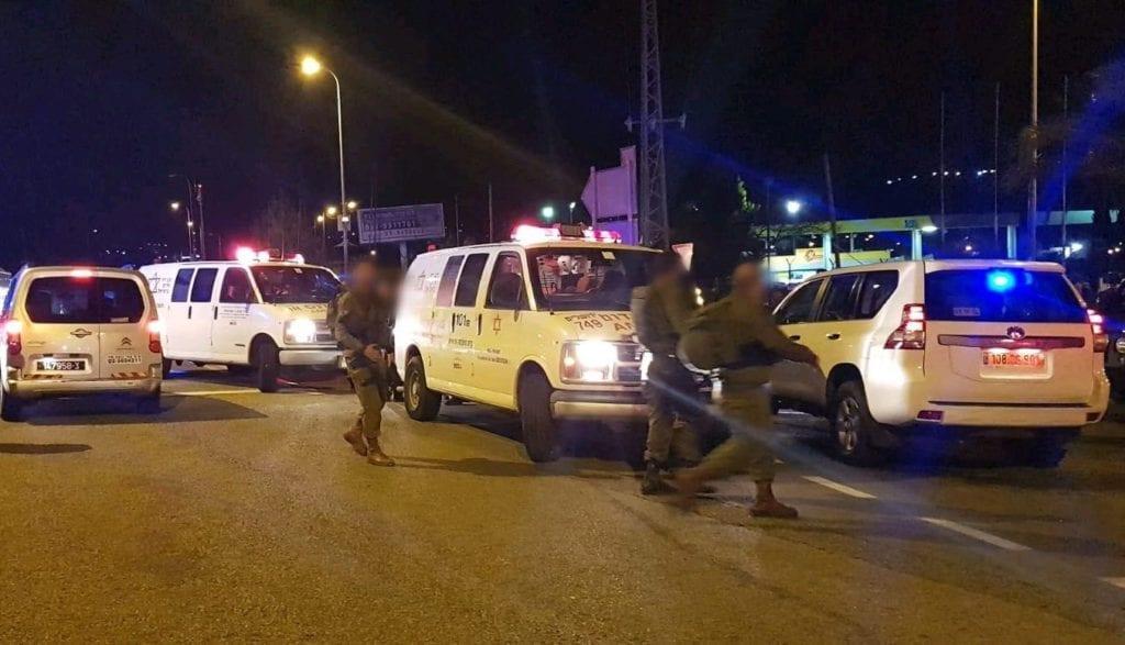 Sju israelere ble skadet da en terrorist begynte å skyte fra en bil mot busstoppet de stod på. (Foto: Magen David Adom)