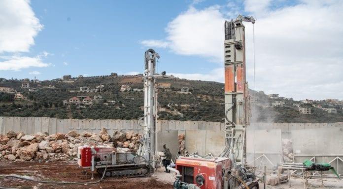 Det israelske forsvaret borer i bakken for å ødelegge en terrortunnel som går inn på israelsk territorium. (Foto: IDF)