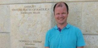 Conrad Myrland, daglig leder i MIFF, utenfor USAs ambassade i Jerusalem i juni 2018. (Foto: Privat)