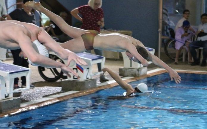 Israelske paralympic-svømmere i aksjon i svømmebassenget Alyn i Haifa. (Foto: Israel Paralympic Committee)