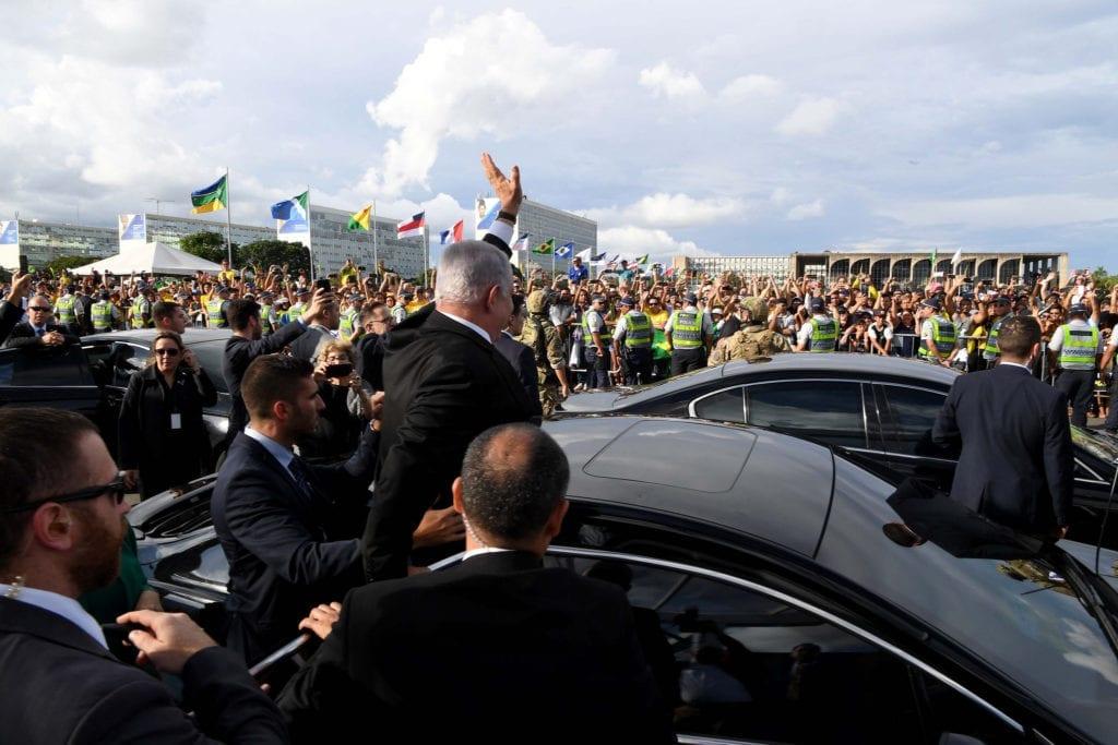 Benjamin Netanyahu vinker til en stor folkemengde under sitt besøk til Brasil. (Foto: Avi Ohayon/Flickr)