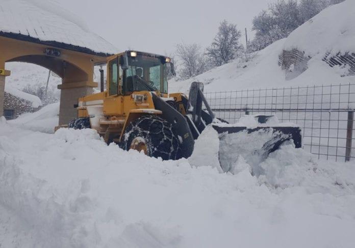 Brøytemannskaper jobber med å måke snøen etter det kraftige snøfallet de siste dagene. (Foto: Hermon Ski Resort)