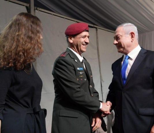 Den nye IDF-sjefen Aviv Kochavi blir gratulert av statsminister og forsvarsminister Benjamin Netanyahu. (Foto: Amos Ben Gershom/Flickr)