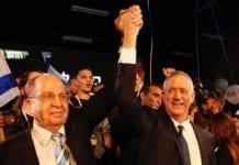 Benny Gantz (t.h.) og partiet hans har fått med seg tidligere forsvarsminister Moshe Ya'alon på laget. (Foto: Facebook)