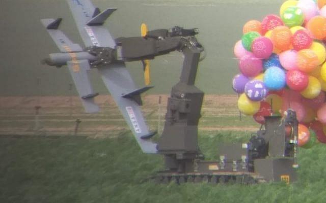 En dronelignende gjenstand med eksplosiver ble sendt inn i Israel fra Gaza ved bruk av heliumsballonger. Her blir gjenstanden undersøkt av en robot fra politiets bombegruppe. (Foto: Det israelske politiet)