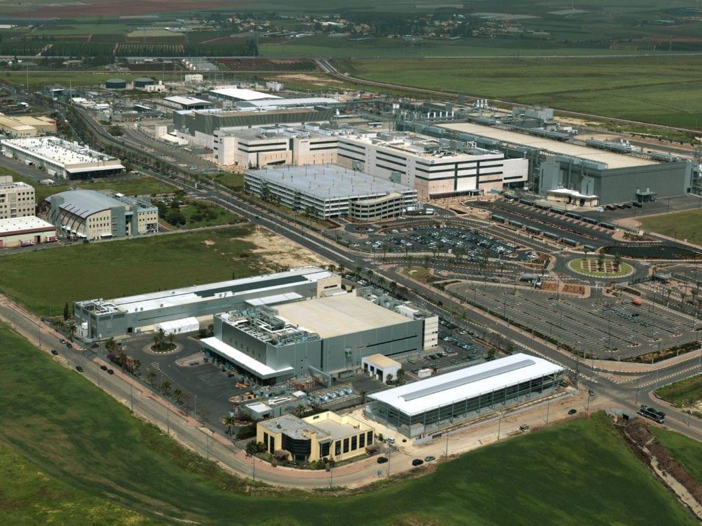 Intels fabrikkområde i Kiryat Gat i Israel. Nå skal det bygges et nytt produksjonsanlegg tilknyttet det gamle. (Foto: Wikipedia)