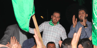 Asam (t.v.) og Salah Barghouti på en feiring i Kobar i april 2017, etter at førstnevnte hadde sluppet ut av israelsk fengsel etter å ha sonet i 11 år. De to brødrene skal ha stått bak to dødelige skyteangrep på Vestbredden. (Foto: Twitter)