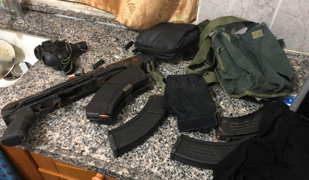 Asem Barghouti hadde en Kalashnikov-rifle og store mengder ammunisjon da han ble pågrepet. (Foto: Politiet)